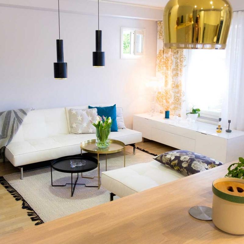 Olohuone ja mittojen mukaan ommellut verhot sekä tyynynpäälliset.