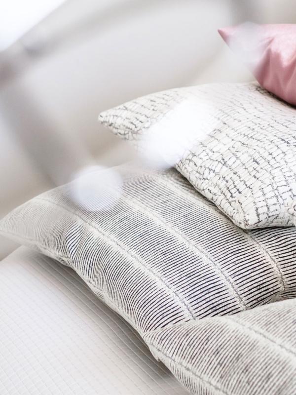 Mittojen mukaan ommellut tyynyliinat ovat osa sisustussuunnittelua.